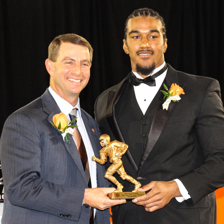 Tigers Present Awards at Banquet
