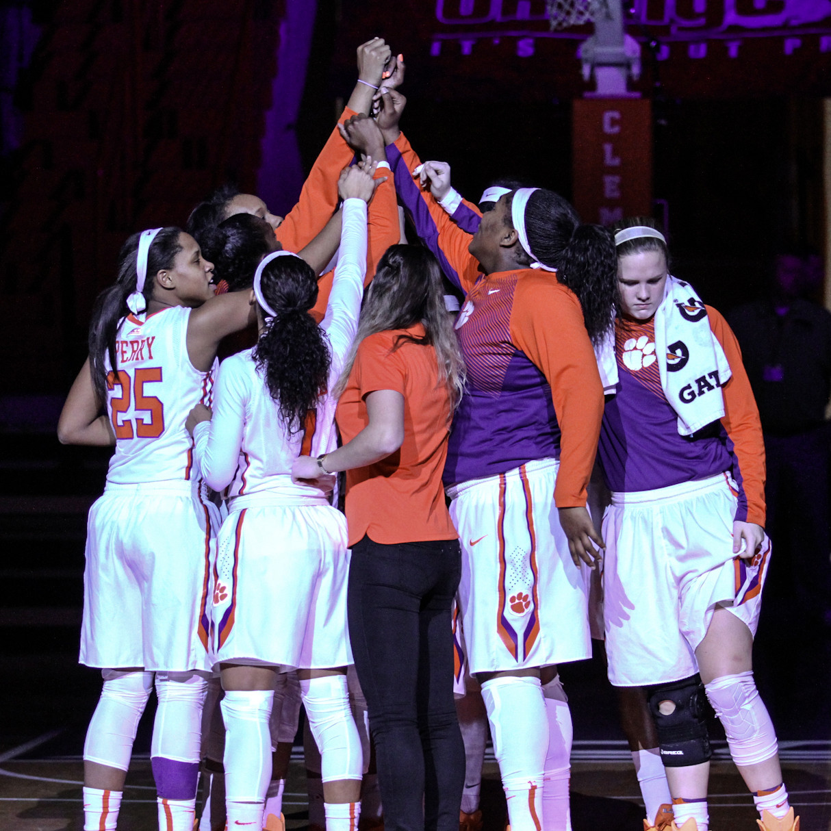 Women?s Hoops Falls to No. 8/9 Louisville