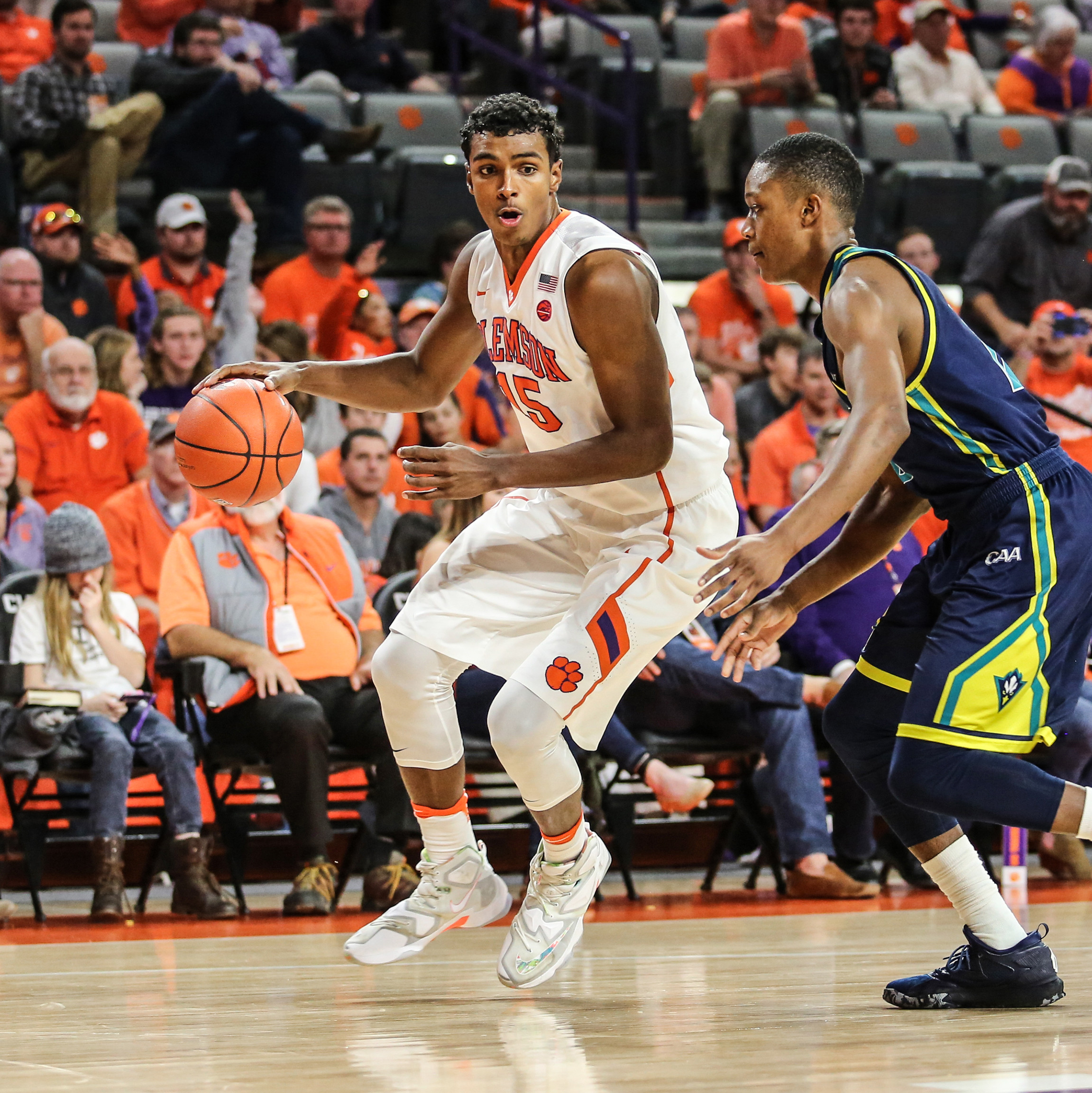 Grantham's 25 Points Pace Clemson to Win in Spain