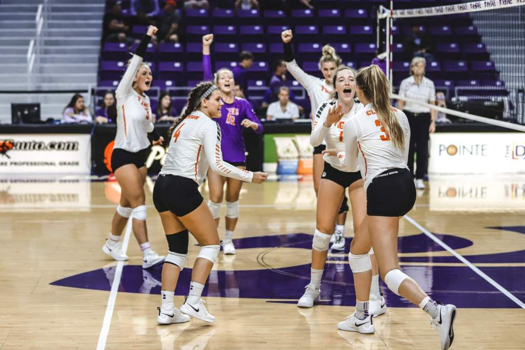 Volleyball Sweeps Central Arkansas in K-State Invitational Finale